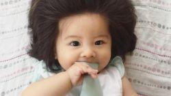 Schattig: baby met weelderige haardos is een hit op sociale media