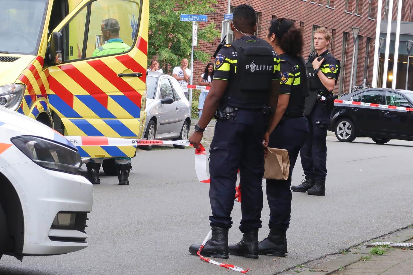 De politie doet onderzoek in de Leuvenaarstraat