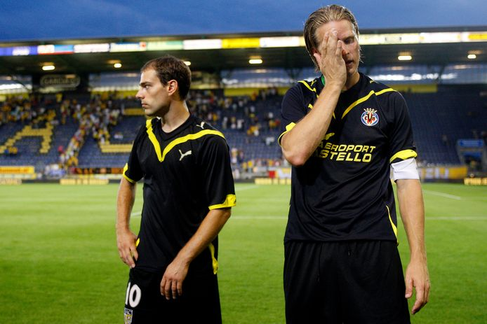 NAC verliest op eigen veld van Villarreal. Anthony Lurling en Patrick Zwaanswijk druipen af na het ruilen van de shirtjes.