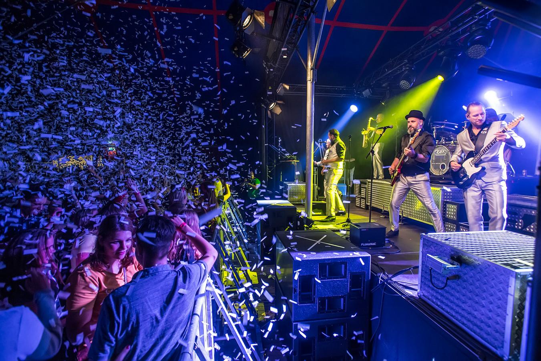 Confettiregen bij het Oosteinds Spektakel in 2018.