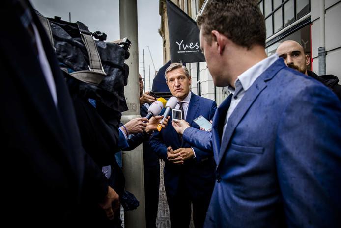 Sybrand Buma (CDA) bij aankomst bij het Johan de Witthuis voor de formatiegesprekken met informateur Gerrit Zalm