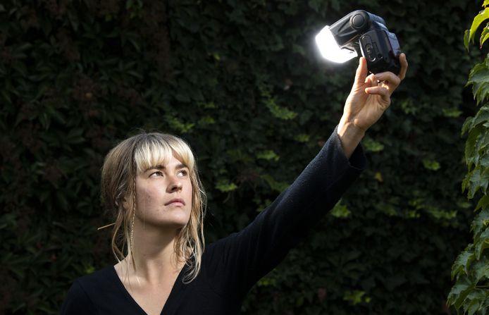 Zangeres Lieke Dijkstra zet zichzelf in het licht.