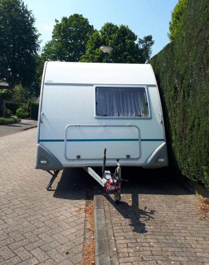 Deze caravan staat verkeerd geparkeerd.