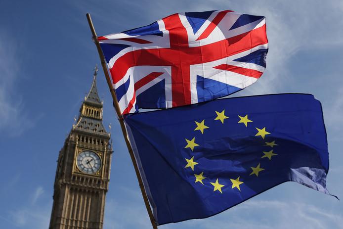Big Ben, met op de voorgrond vlaggen van het Verenigd Koninkrijk en de Europese Unie.
