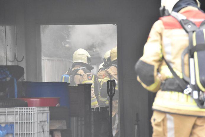 De uitgerukte brandweerlieden kregen in het hok te maken met een flinke hoeveelheid rook.