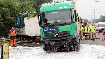 Vrachtwagen met lading glas gaat door vangrail