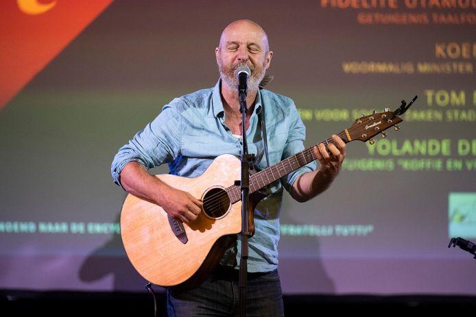 Zanger acteur Hans Van Cauwenberghe zorgde voor muziek bij de opening van Tutti.