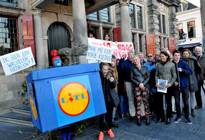 Protest van omwonenden tegen de komst van een Lidl in de Kruisstraat.