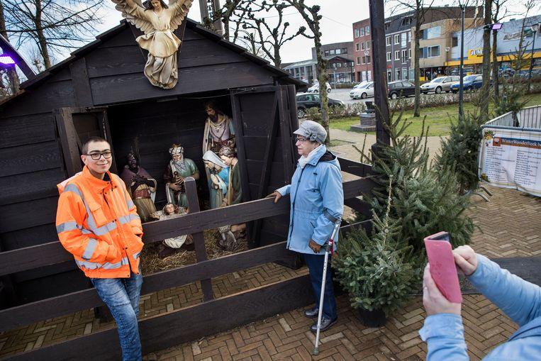 Op de markt in Prinsenbeek is het druk rond de kerststal. Beeld Arie Kievit