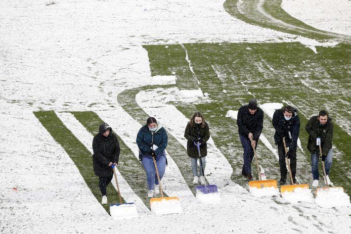 In het Utrechtse stadion Galgenwaard moest voorafgaand aan de Eredivisie-wedstrijd tussen FC Utrecht en Heracles Almelo zaterdag sneeuw worden geruimd.