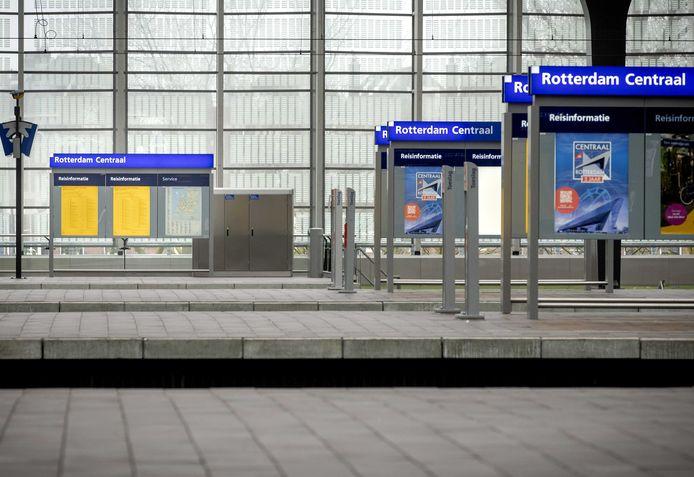 Het Centraal Station in Rotterdam is uitgestorven vanwege het nieuwe coronavirus