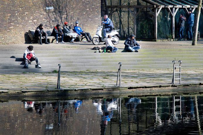 Afgelopen voorjaar: een gemeentelijk toezichthouder spreekt in het Kronenburgerpark in Nijmegen mensen aan op het naleven van de coronamaatregelen.
