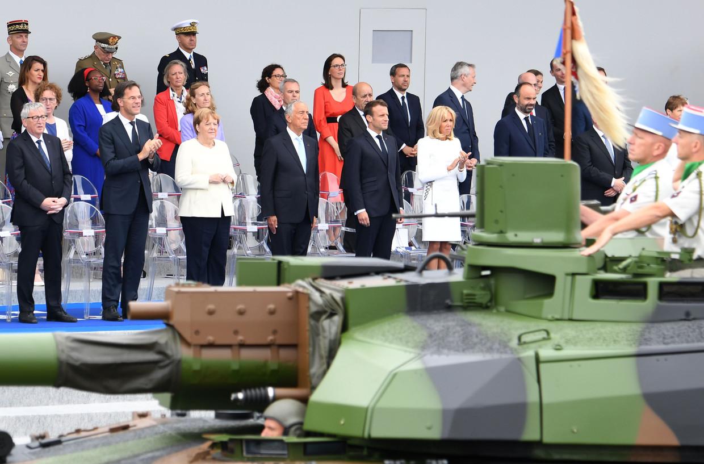 Europese Commissie-voorzitter Jean-Claude Juncker, premier Mark Rutte, bondskanselier Angela Merkel, president Marcelo Rebelo de Sousa, presidentsvrouw Brigitte Macron en premier Eduard Philippe bij de militaire parade op de Franse nationale feestdag 14 juli in Parijs. Beeld AFP