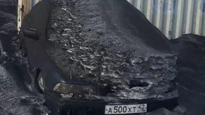 Zwarte, giftige sneeuw bedekt steden in Siberië