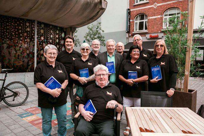 Het Koninklijk Hasselts Operette Gezelschap trekt nog het hele weekend doorheen de stad om de Hasselaren gedichten in het Hasselts dialect voor te lezen.