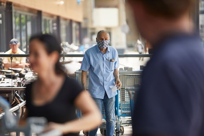 De mondkapjes hoeven sinds kort niet meer op in de supermarkt. Veel ouderen gaan graag weer fysiek boodschappen doen.