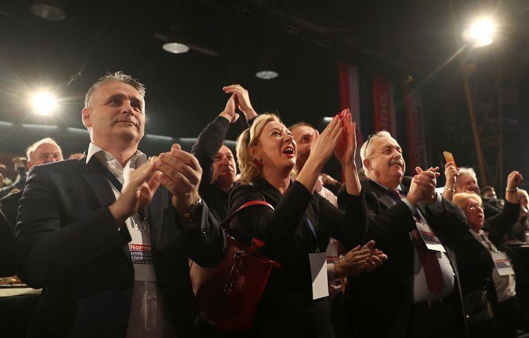 Aanhangers van Zoran Milanovic vieren de overwinning na de eerste exit-polls. Beeld Reuters. Beeld REUTERS