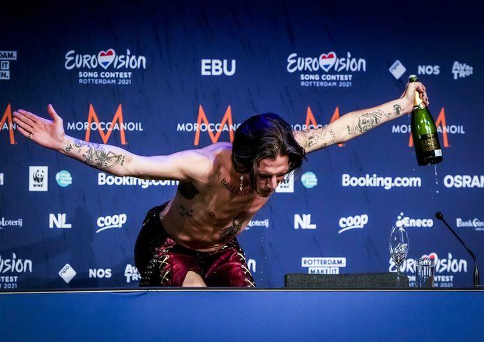 Damiano David, de zanger van Måneskin, geniet tijdens de persconferentie na afloop van de finale van het Eurovisie Songfestival.