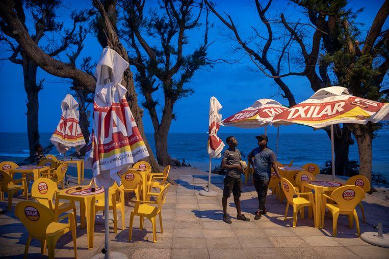 Langs de gehavende zeeboulevard zijn uitgaansgelegenheden weer opgebouwd maar orkaan Idai heeft ook de economie van Beira een flinke knauw gegeven waardoor mensen weinig te besteden hebben. Beeld Sven Torfinn