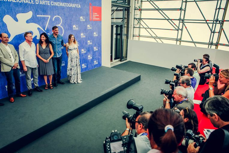 Voor de lens: (vlnr) Bruno Georis, regisseurs Peter Brosens en Jessica Woodworth, Peter Van den Begin en actrice Lucie Debay. Beeld rv