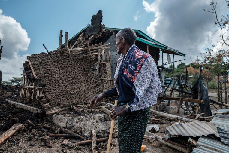 Een man staat voor zijn verwoeste huis in het dorp Bisober, Ethiopië. Beeld Eduardo Soteras Jalil/MSF