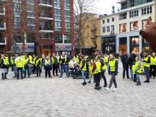 Stickers van extreem rechtse beweging uitgedeeld aan Gele Hesjes-demonstranten in Nijmegen