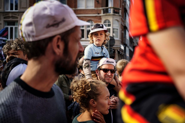 Zondag worden in Leuven een half miljoen mensen verwacht, maar zelfs op de dag van de junioren- en beloftenkoers was het al over de koppen lopen.  Beeld Eric de Mildt
