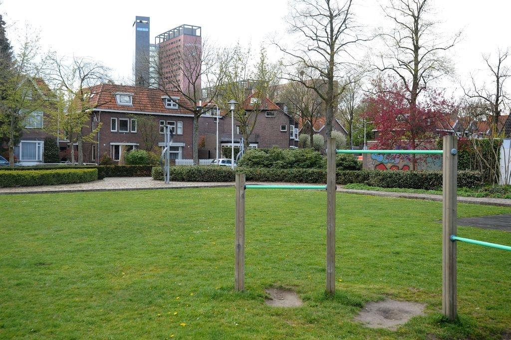 Het enige speelterreintje in de wijk nabij GGz Breburg. Foto Tim Rijnhout/PVE