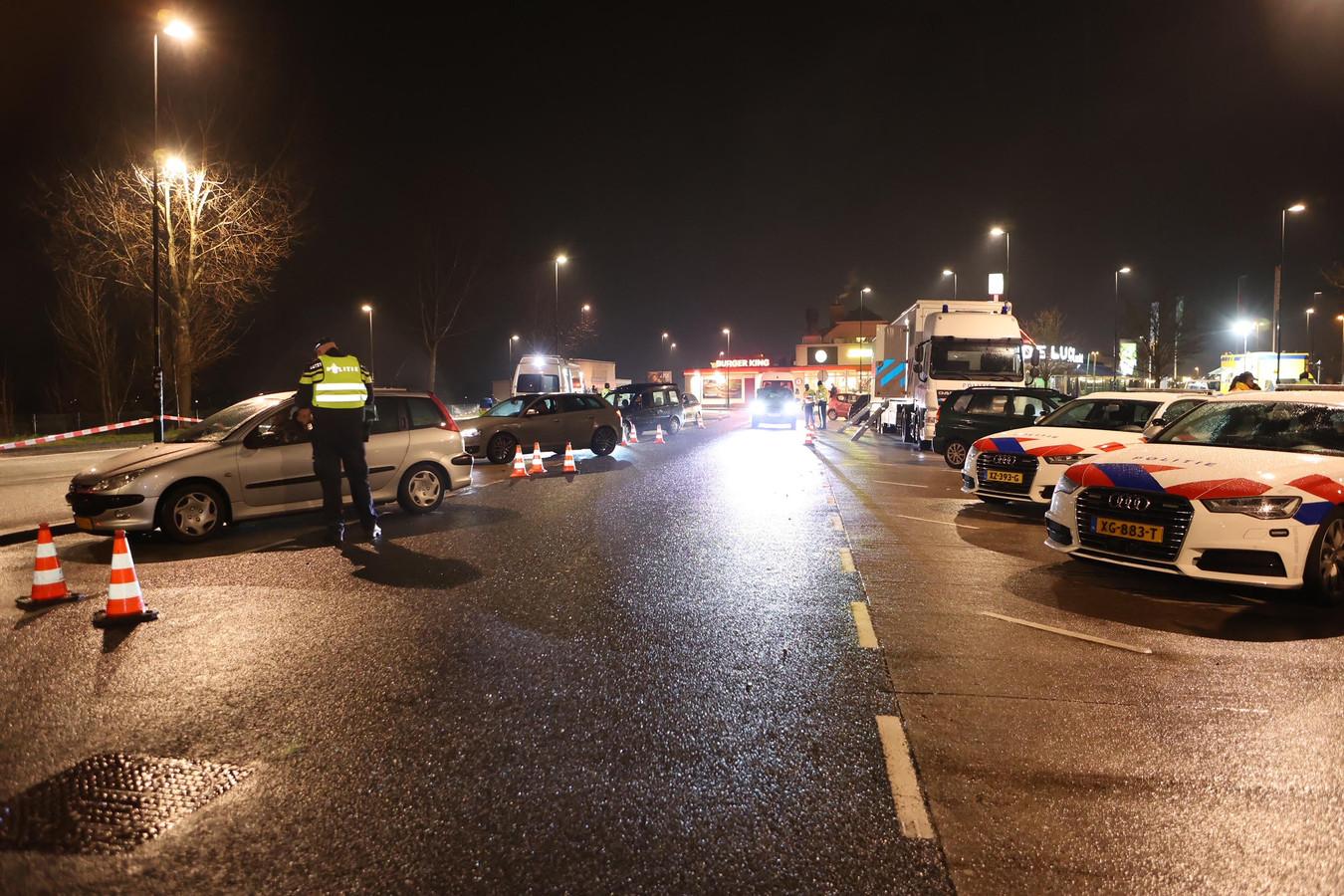 Grote politiecontrole bij ingang van avondklok langs de A2 bij Zaltbommel.