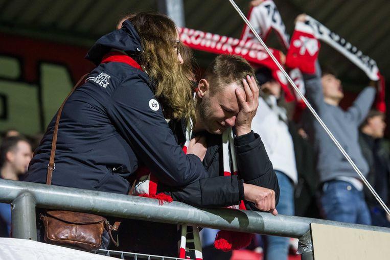 Een huilende Emmen-supporter, na afloop van de wedstrijd donderdagavond. Beeld ANP