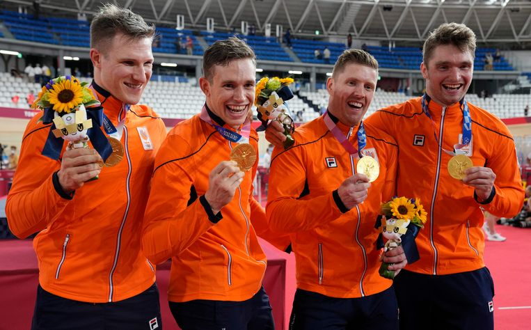 De Nederlandse mannen zijn dolgelukkig met hun gouden medaille. Beeld EPA
