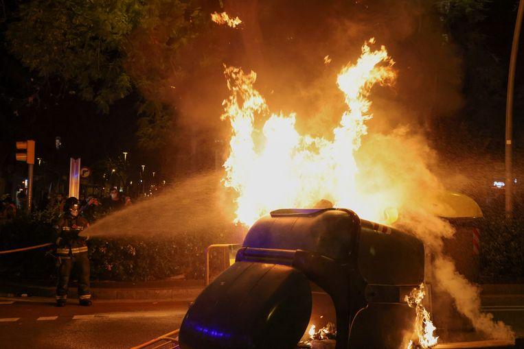 De brandweer moest uitrukken om branden te blussen die door de relschoppers waren aangestoken. Beeld REUTERS