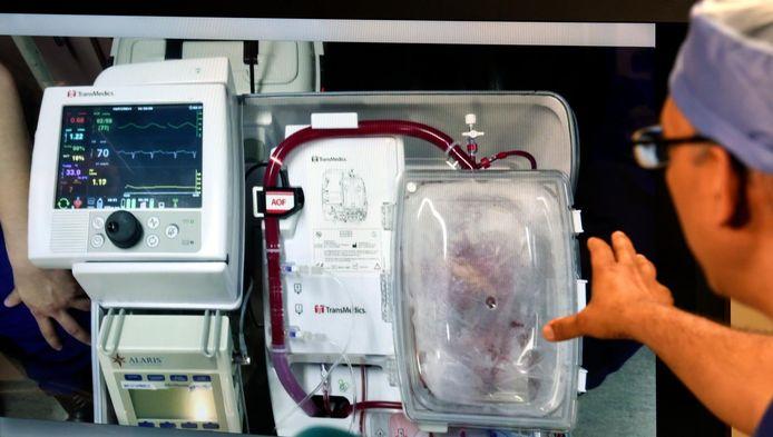 Een arts geeft toelichting op een harttransplantatie.