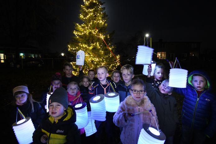 Kinderen voor de kerstboom in Enspijk. Foto William Hoogteyling