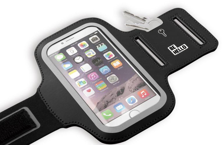 Die smartphone stop je gewoon weg in een handig sportarmbandje. Beeld Behello