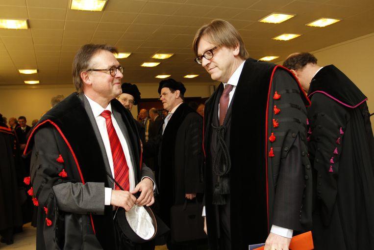 De Ruyver naast Guy Verhofstadt bij de uitreiking van eredoctoraten in 2010. Hij bleef zijn hele carrière trouw aan de UGent. Beeld Hilde Christiaens
