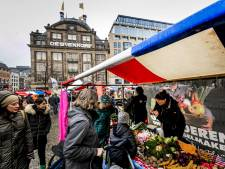 Oxer boer Geert Jan staat met Gouden Trekker op de Dam in Amsterdam en deelt eten uit