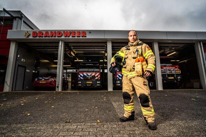 Laszlo Van Houten bij de brandweerkazerne.