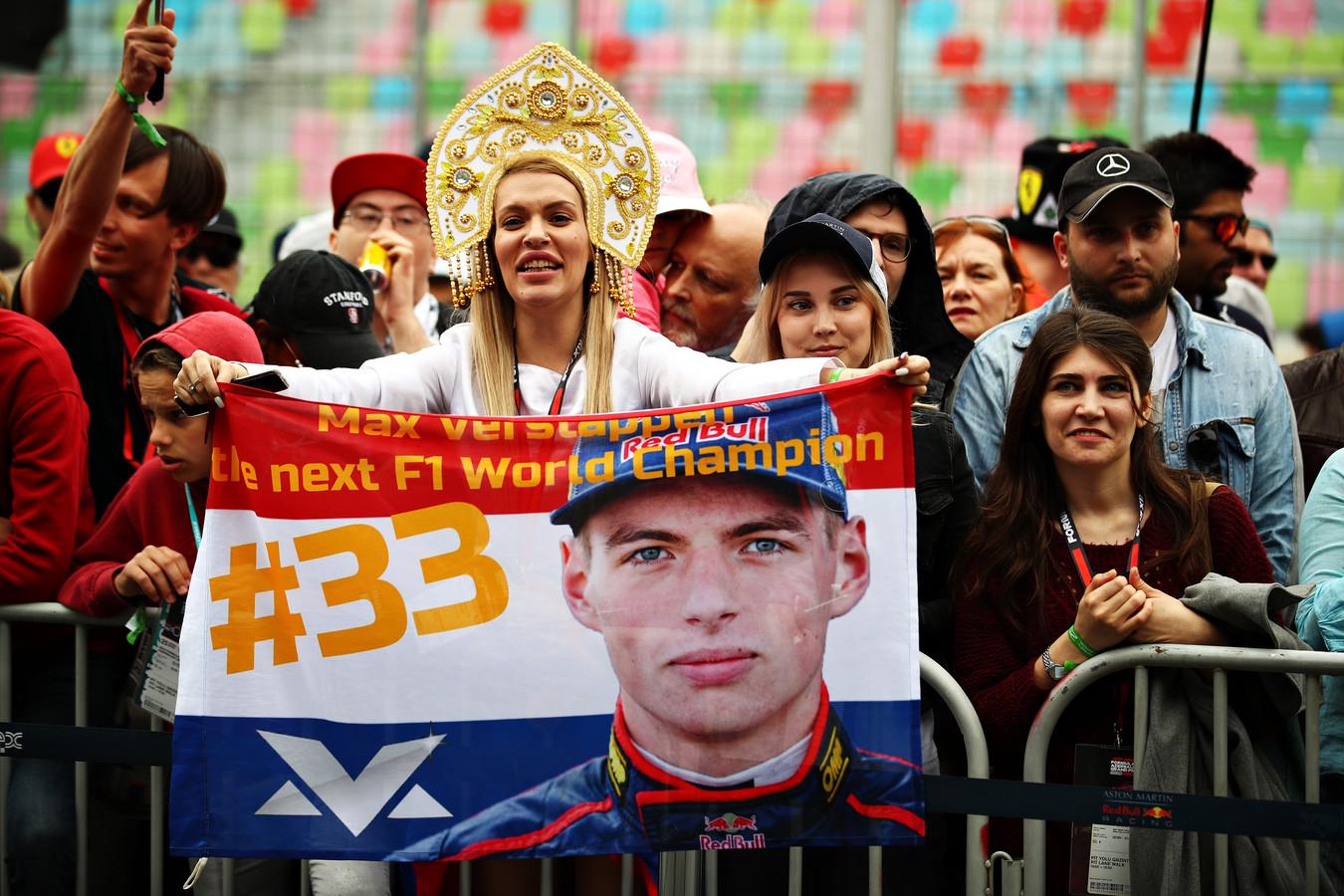 Een Max Verstappen-fan in Bakoe toont een vlag van haar idool.