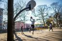 Basketballen in het Noorderplantsoen, hartje Groningen.