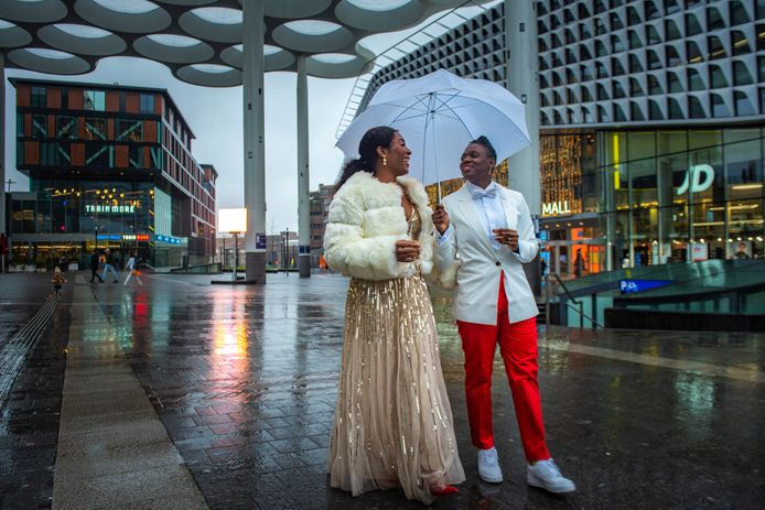 De Nigeriaanse Nkiruka (l) en Sarty uit Namibië treden in het huwelijk in Utrecht, waar het homohuwelijk wél is toegestaan.