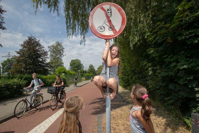 """Janneke Hertog met het door haar bedachte verkeersbord """"verbod smartphone gebruik op fiets"""""""