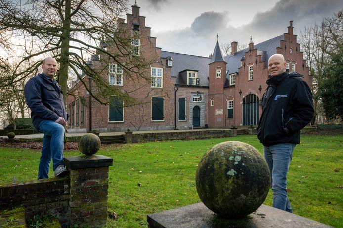 Wim (r) en Thom Verhoeven bij Huys de Wamberg in Berlicum. Walter Verhoeven BV restaureerde het dak van dit pand.