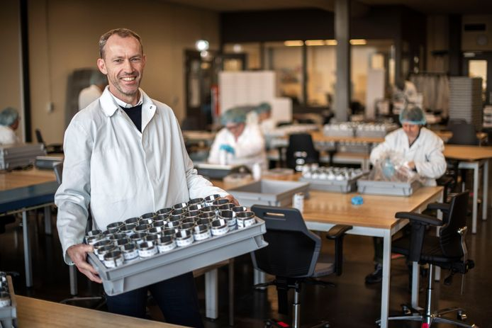 Henk de Guise, directeur van Orionis Walcheren, helpt een handje op de inpakafdeling van het werkleerbedrijf.