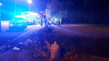 Motorrijder mist bocht en crasht in voortuin van woning