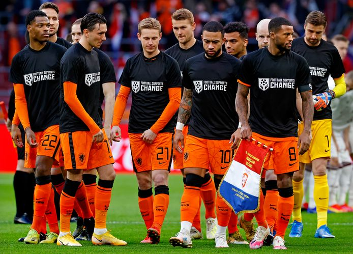 Het Nederlands Elftal met shirts met de slogan 'Football supports change'.