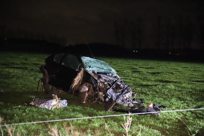 De auto ligt total loss in het weiland in Horssen.