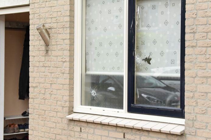 Een huis in IJsselstein is beschoten. Zowel de deur als twee ramen werden onder vuur genomen.