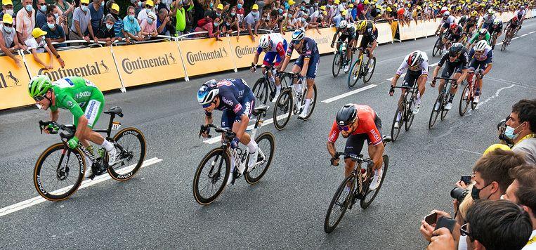 Mark Cavendish is in zijn groene trui de sterkste in de sprint in Châteauroux. Beeld Klaas Jan van der Weij