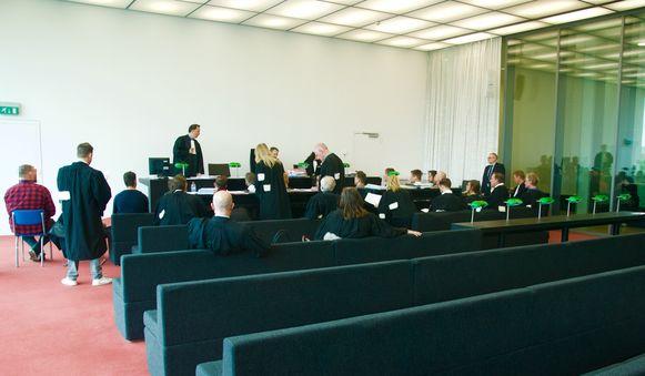 Zestien voetbalsupporters tijdens de behandeling van de zaak.